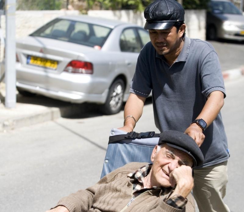 לאחר מאבק: א', עובד סיעוד מהודו, קבל אישור ממשרד הפנים לצאת לארצו לניתוח, לצד יקיריו, בלי שאשרת העבודה שלו תפגע