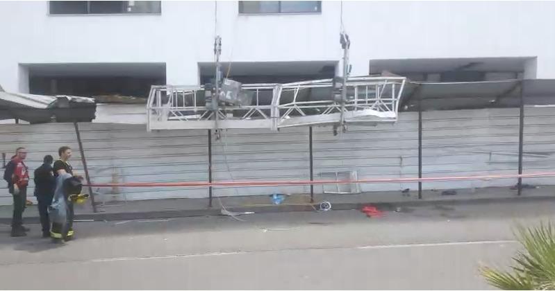 אוטובוס התנגש בפיגום באתר בנייה של אשטרום ונשאלת השאלה: למה הפיגום חורג מגבולות האתר?