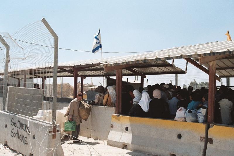 """יותר ויותר עובדים פלסטינים משלמים דמי תיווך עבור רישיון עבודה בישראל. כך עולה ממקרים שונים המגיעים לארגון """"קו לעובד"""""""