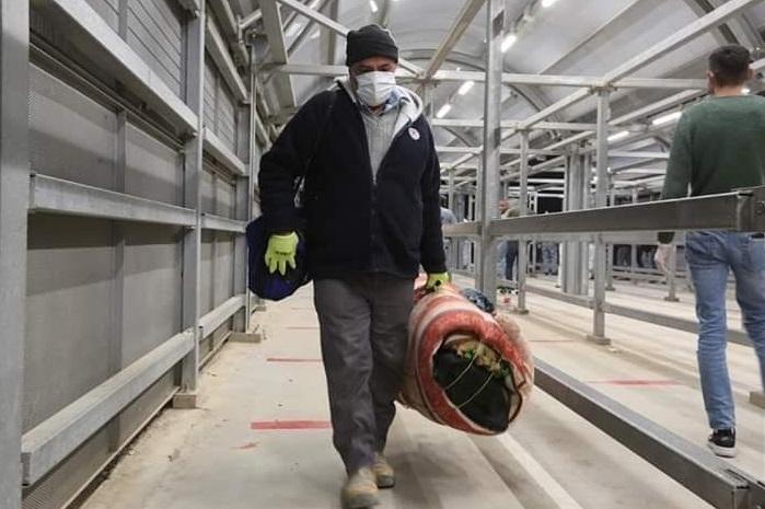 """דו""""ח קו לעובד: חודשים לאחר החלת הרפורמה בהיתרים – עובדים פלסטינים עדיין נאלצים לשלם עבור הזכות לעבוד בישראל"""